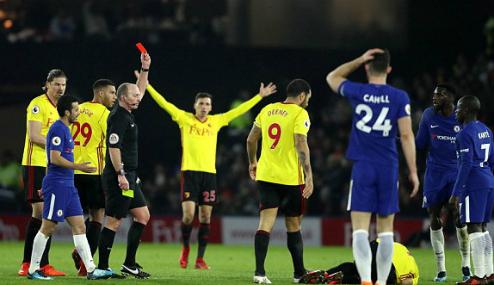 Tấm thẻ đỏ mở màn cho thất bại của Chelsea. Ảnh:PA.