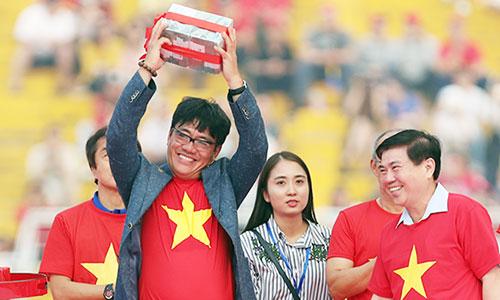 Ông Dương Vũ Lâm đại diện đội U23 Việt Nam nhận 2 tỷ đồng tiền thưởng của UBND TP HCM trao tặng. Ảnh: Đức Đồng.