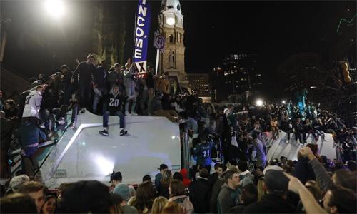 Philadelphia trở nên hỗn loạn sau khi Eagle thắng trận Super Bowl. Ảnh: AP.