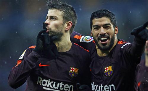 Pique (trái) chia vui sau khi ghi bàn. Ảnh: Reuters