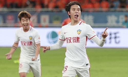 Trương Tu Duy (phải) bị cấm thi đấu chín tháng. Ảnh: Reuters.