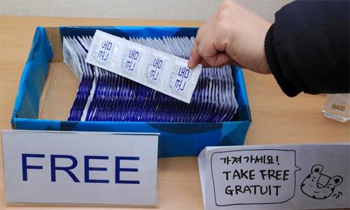Bao cao su được phát miễn phí với số lượng lớn ở làng VĐV. Ảnh:Yonhap.