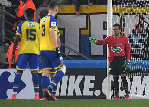 Thủ môn Dani Alves chỉ đạo đồng đội xếp hàng rào ngăn đá phạt. Ảnh: DS