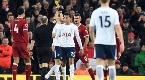 Alli nhận thẻ vàng sau tình huống ngã vờ trong vòng cấm Liverpool. Ảnh: Reuters.
