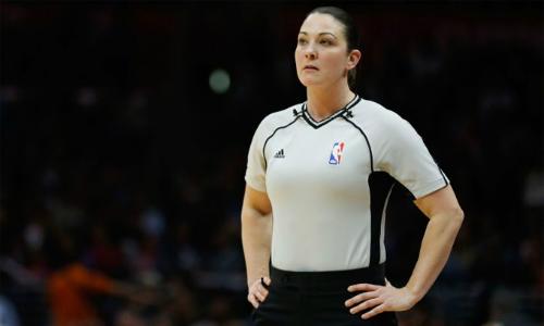 Lauren Holtkamp có nhiều quyết định gây tranh cãi trong trận thua của Warriors sáng nay. Cô là nữ trọng tài thứ ba tại NBA, và trước đó được đánh giá là cứng rắn, có chuyên môn tốt. Ảnh: CNN.