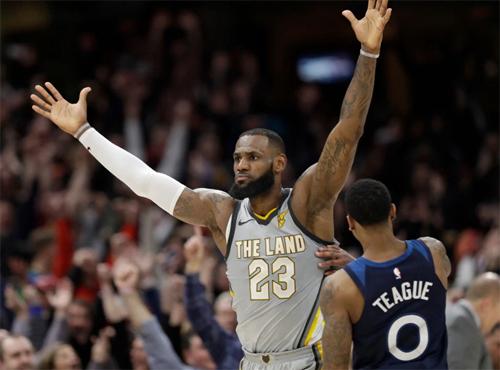 LeBron James kiêu hãnh sau khoảnh khắc thay đổi kết quả trận đấu. Ảnh: AP.