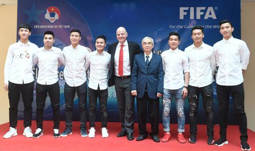 Chủ tịch FIFA Gianni Ìnantino chụp ảnh cùng các cầu thủ U23 Việt Nam. Ảnh: Giang Huy