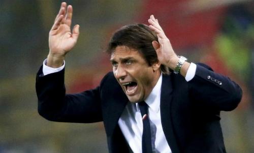 Conte đứng trước giá treo cổ. Ảnh: Reuters.