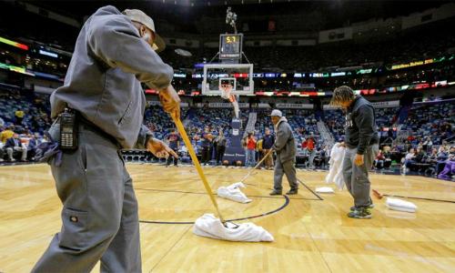 Các nhân viên nỗ lực lau sàn trong gần ba giờ đồng hồ nhưng trận đấu giữa Pelicans và Pacers vẫn bị hoãn và chưa hẹn ngày đấu lại. Ảnh: NBA.