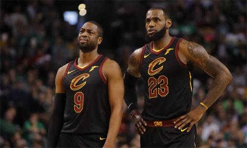 Là bạn thân của LeBron James, nhưng Wade vẫn phải ra đi chỉ sau sáu tháng gia nhập Cavaliers. Ảnh: NBA.