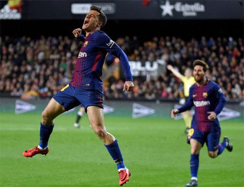 Coutinho phấn khích sau khi có bàn đầu tiên cho đội bóng mới. Ảnh: EPA