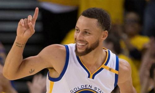 Stephen Curry giúp Golden State Warriors vươn tầm, đạt được nhiều thành công và thăng tiến về giá trị thương hiệu. Ảnh: BBC.