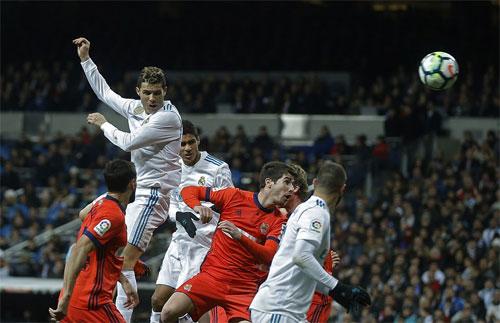 Hàng thủ Sociedad không thể nhảy cao ngăn Ronaldo đánh đầu ghi bàn.