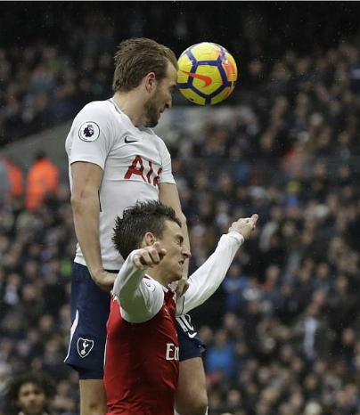 Tình huống không chiến của Kane và Koscielny dẫn tới bàn thắng. Ảnh:AP.