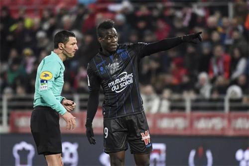 Balotelli tố khán giả với trọng tài, nhưng bị phạt thẻ. Ảnh: EPA