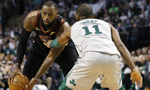 LeBron James (24 điểm) tỏ ra vượt trội trước đồng đội cũ Kyrie Irving trong trận đấu rạng sáng nay. Ảnh: SB Nation.