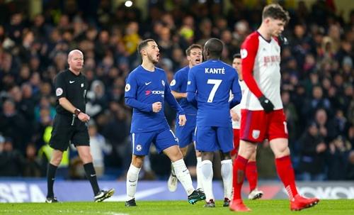 Hazard lập cú đúp giúp Chelsea tìm lại niềm vui chiến thắng. Ảnh: PA.