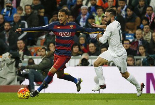 Dani Carvajal (phải) từng nhiều lần phải theo kèm Neymar. Ảnh: Reuters
