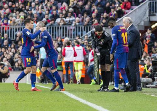Coutinho và Dembele chưa thể có đóng góp lớn như thủ quân Iniesta. Ảnh: Reuters