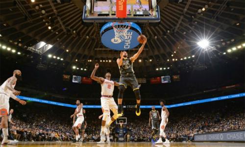 Một cú lên rổ ăn điểm của Curry trong trận tiếp Suns. Ảnh: AFP.