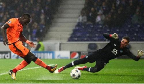 Mane thực hiện cú đệm bóng cận thành nâng tỷ số lên 3-0. Ảnh: AFP.