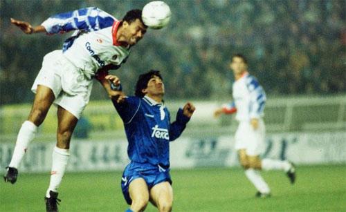 PSG vượt qua Real (áo xanh) trong trận lượt về năm 1993. Ảnh: Marca