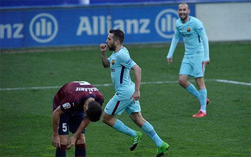 Hàng thủ Eibar không thể ngăn Alba đá bồi chính xác vào góc gần.