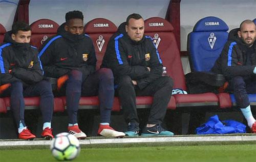 Coutinho (trái) chưa có suất đá chính sau khi rời Liverpool.