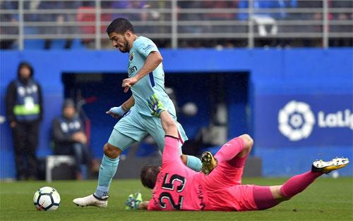 Luis Suarez rê bóng qua thủ môn Dmitrovic để mở tỷ số. Ảnh: Reuters