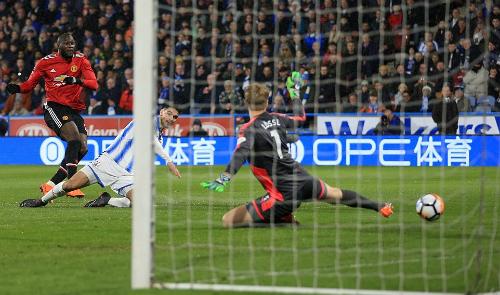 Lukaku tỏa sáng với cú đúp vào lưới Huddersfield. Ảnh: Offside.