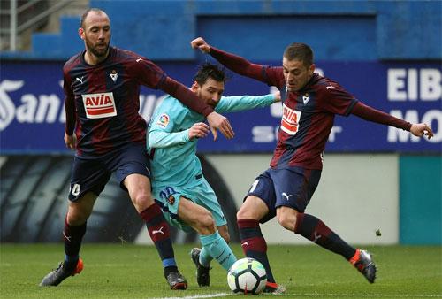 Khung gỗ từ chối bàn thắng với cả hai đội.