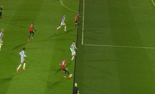 Đường kẻ từ đài BT Sport cho thấy Mata đã việt vị ở một phần đầu gối. Ảnh: BT Sport.