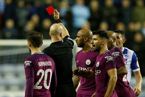 ... khiến cầu thủ Man City nhận thẻ đỏ. Ảnh:Reuters.