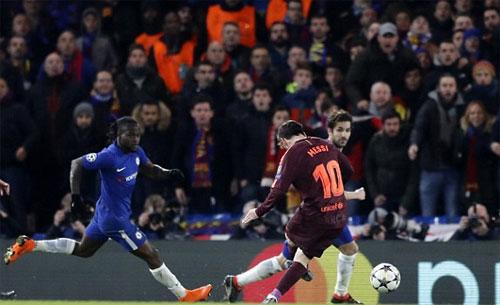 Có đủ không gian dứt điểm, Messi buộc Chelsea phải chịu bàn thua.