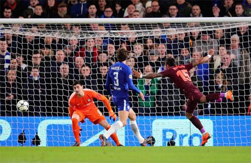 Paulinho có không gian thoải mái nhưng đánh đầu chệch khung thành Chelsea. Ảnh: Reuters