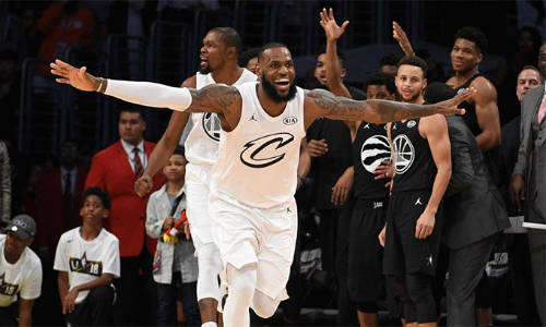 LeBron James vui mừng sau pha phòng ngự thành công, mang về chiến thắng cho đội nhà. Ảnh: Sports Illustrated.