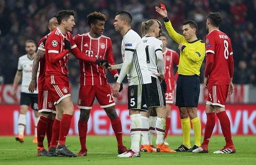 Besiktas chơi thiếu người từ phút 16. Ảnh: FCB.