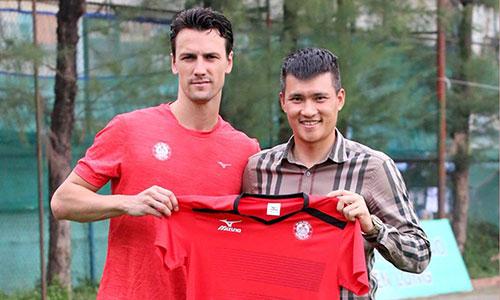 Đội bóng của Công Vinh chia tay cựu cầu thủ Man Utd