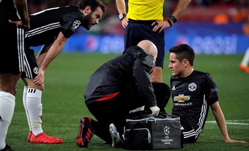 Herrera tái phát chấn thương trong tình huống không tranh chấp với ai. Ảnh: Reuters.