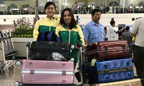 Tú Chinh và HLV Thanh Hương tại sân bay Tân Sơn Nhất sáng 23/2 trước khi lúc lên đường sang Mỹ tập huấn. Ảnh: Trịnh Đức Thanh.