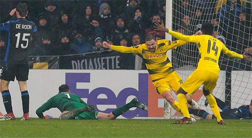 Atalanta chìm trong thất vọng khi để Schmelzer gỡ hoàcho Dortmundở cuối trận. Ảnh: AFP.
