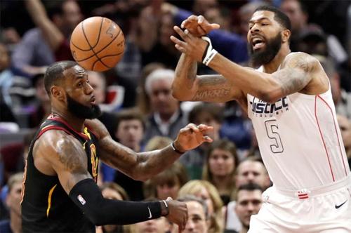 James chơi tốt, nhưng không đủ để cứu Cavaliers trong ngày các đồng đội của anh sa sút. Ảnh: AP.
