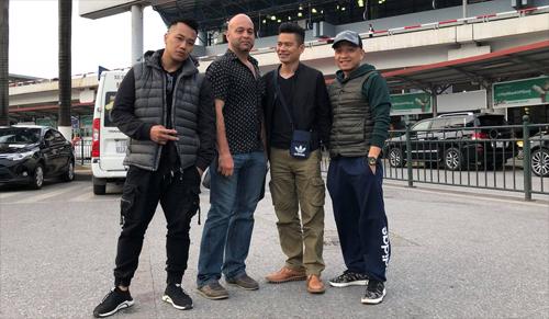 Flores (thứ hai từ trái sang) chụp ảnh cùng những người bạn ở sân bay Nội Bài lúc 17h20 chiều nay. Ảnh: Diệu Phạm.