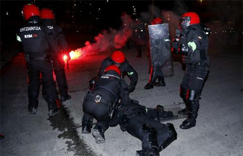 Viên cảnh sát xấu số qua đời trong khi ngăn CĐV đánh nhau. Ảnh: Marca