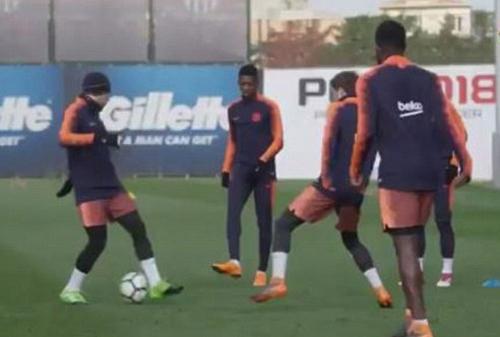 Alba (trái) để bóng lọt qua hai chân sau đường chuyền của Dembele (thứ hai từ trái sang).