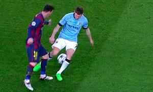 Messi dừng tập để vỗ tay khen Dembele