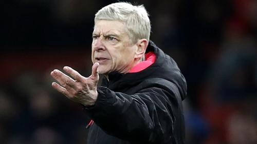 Wenger không hài lòng với cách học trò chơi trong hiệp một. Ảnh: Reuters.