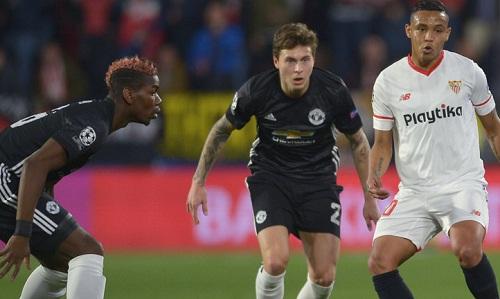 Lindelof vẫn chưa thể khiến Mourinho yên tâm. Ảnh: Reuters.