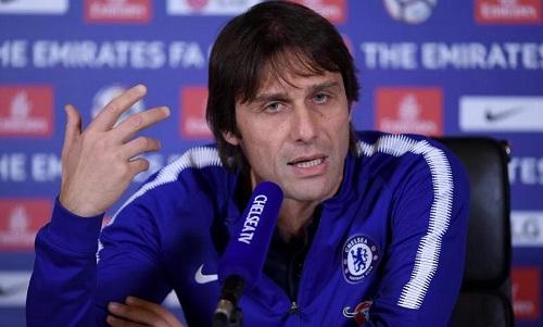 Conte không bỏ qua bất cứ lời châm biếm nào của Mourinho. Ảnh:Reuters.