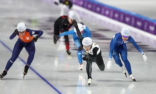 Nana Takagi vượt quaKim Bo-reum để cán đích đầu tiên ởnội dung mass start nữ môn trượt băng tốc độ. Ảnh: AFP.